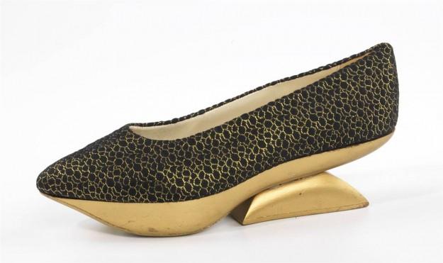 """2efcd695566 Beth Levine """"Kabuki,"""" вечерна обувка, ок 1965 г. коприна метал и дърво."""